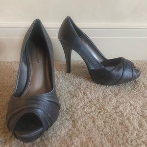 Shoes - Metallic silver pumps